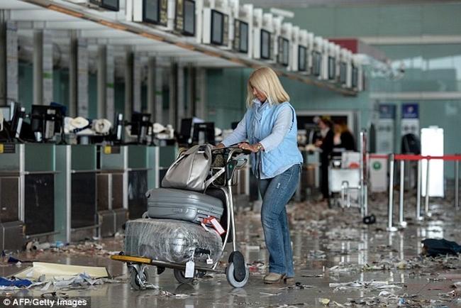 Không thể tin được bãi rác này lại chính là sân bay ở Tây Ban Nha - Ảnh 9.