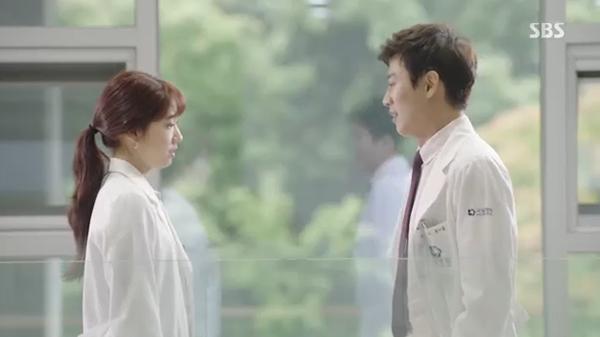 Doctors: Ngày Lee Sung Kyung chơi đểu Park Shin Hye cuối cùng cũng đến - Ảnh 37.