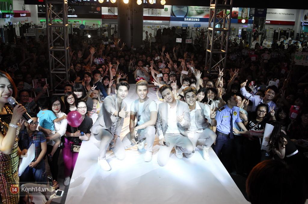 365 khóc cùng fan trong buổi biểu diễn cuối cùng ở Hà Nội - Ảnh 32.
