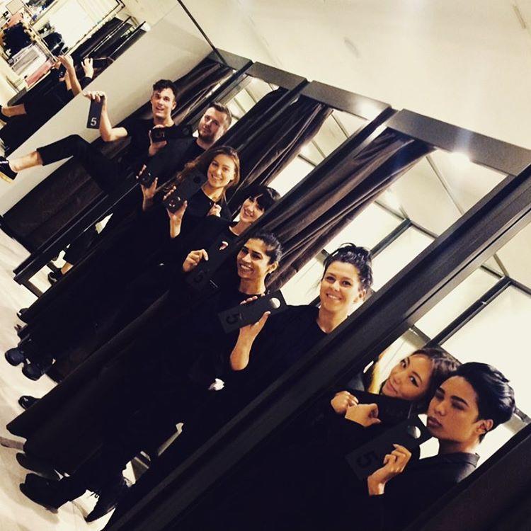 Đồng phục nhân viên Zara Việt Nam mới mẻ hơn hẳn so với mẫu đồng phục đen trên toàn thế giới - Ảnh 11.