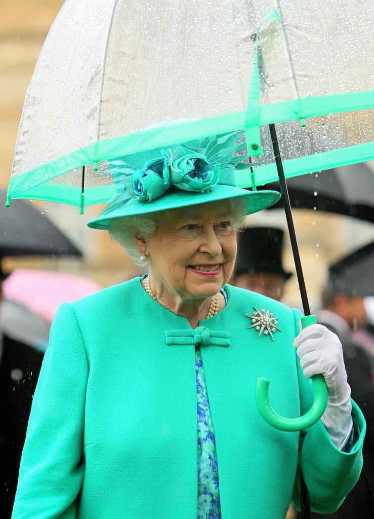 Lý do xúc động đằng sau phong cách thời trang chóe lọe của Nữ hoàng Anh - Ảnh 3.