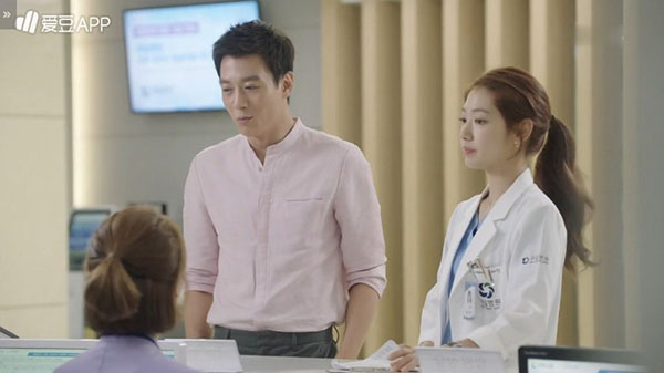 """""""Doctors"""": Lee Sung Kyung quỳ gối cầu xin Park Shin Hye - Ảnh 6."""