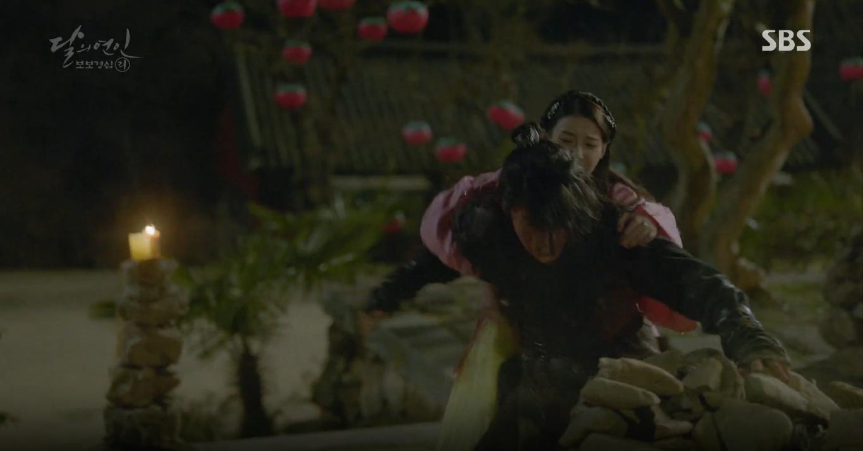 Moon Lovers: Tứ hoàng tử Lee Jun Ki thêm một lần xuất hiện kịp thời giải cứu IU - Ảnh 33.