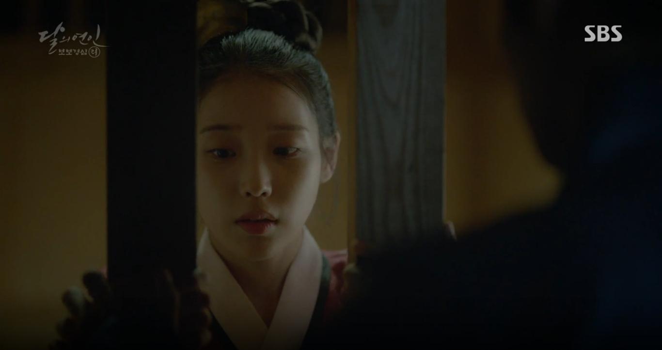 """Moon Lovers: """"Anh Tư"""" Lee Jun Ki tái hiện lại cảnh che mưa kinh điển trong Bộ Bộ Kinh Tâm! - Ảnh 7."""