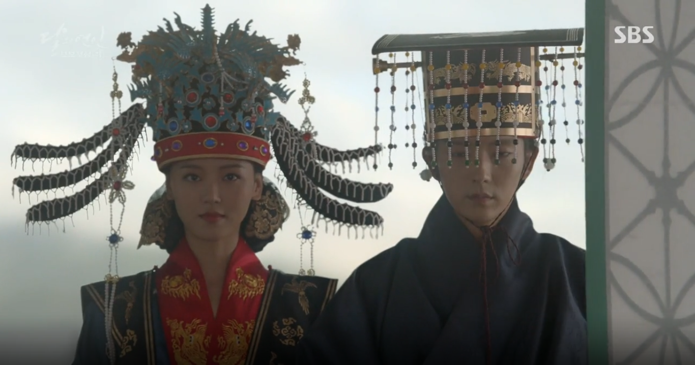 """""""Moon Lovers"""": Lee Jun Ki vừa được IU phong vua đã lập hậu - Ảnh 1."""