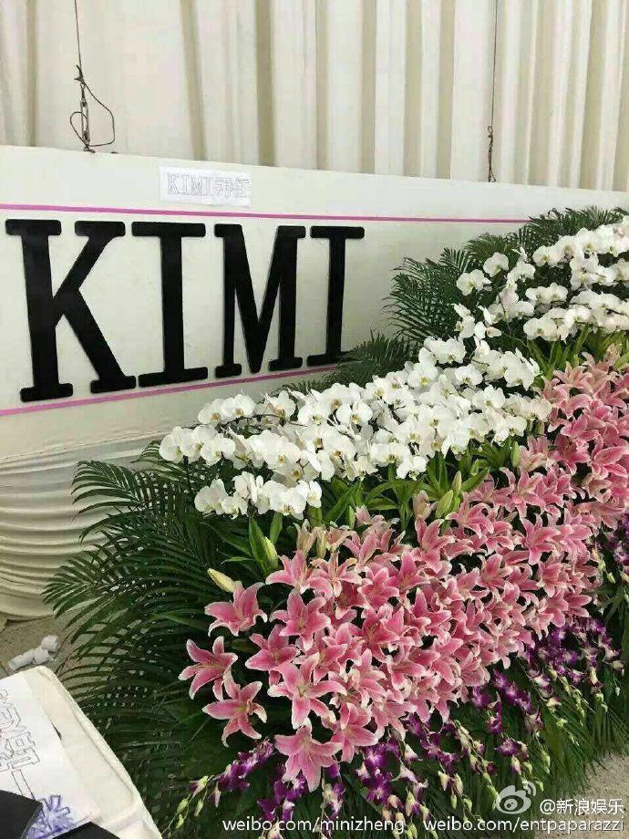 Nhà tang lễ tràn ngập hoa hồng trước ngày tiễn biệt Kiều Nhậm Lương về nơi an nghỉ cuối cùng - Ảnh 7.
