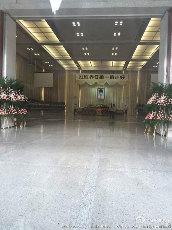 Nhà tang lễ tràn ngập hoa hồng trước ngày tiễn biệt Kiều Nhậm Lương về nơi an nghỉ cuối cùng - Ảnh 5.