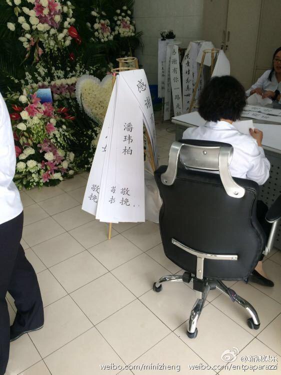 Nhà tang lễ tràn ngập hoa hồng trước ngày tiễn biệt Kiều Nhậm Lương về nơi an nghỉ cuối cùng - Ảnh 10.