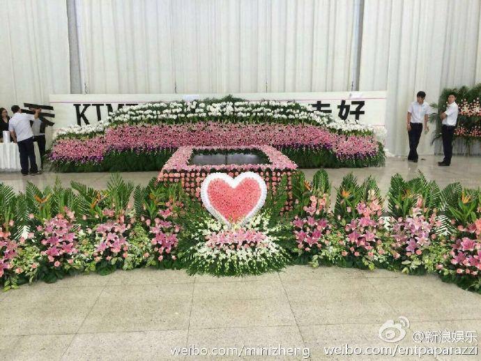 Nhà tang lễ tràn ngập hoa hồng trước ngày tiễn biệt Kiều Nhậm Lương về nơi an nghỉ cuối cùng - Ảnh 6.