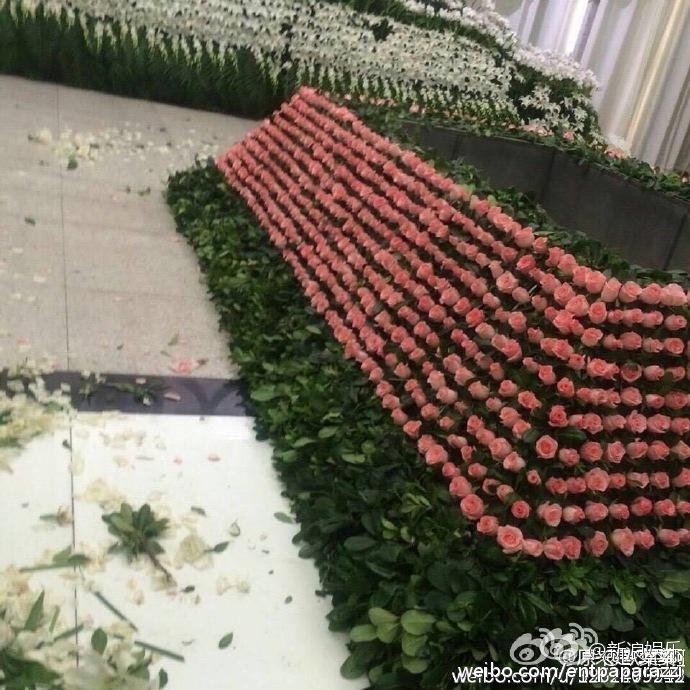 Nhà tang lễ tràn ngập hoa hồng trước ngày tiễn biệt Kiều Nhậm Lương về nơi an nghỉ cuối cùng - Ảnh 8.
