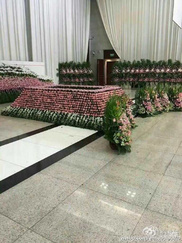 Nhà tang lễ tràn ngập hoa hồng trước ngày tiễn biệt Kiều Nhậm Lương về nơi an nghỉ cuối cùng - Ảnh 9.