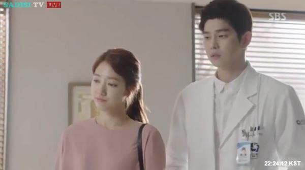 """""""Doctors"""": Lee Sung Kyung quỳ gối cầu xin Park Shin Hye - Ảnh 8."""