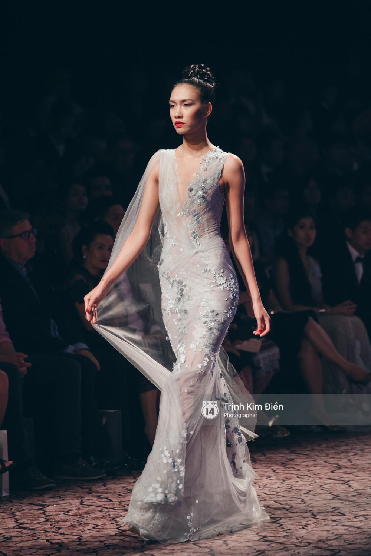 Kỳ Duyên, Phạm Hương đọ trình catwalk trong show thời trang cùng loạt mẫu đình đám - Ảnh 21.