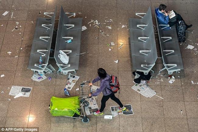Không thể tin được bãi rác này lại chính là sân bay ở Tây Ban Nha - Ảnh 13.