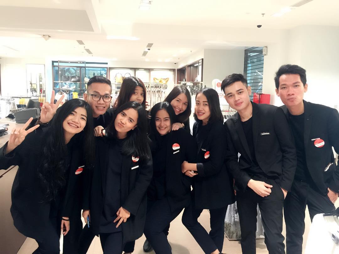 Đồng phục nhân viên Zara Việt Nam mới mẻ hơn hẳn so với mẫu đồng phục đen trên toàn thế giới - Ảnh 9.