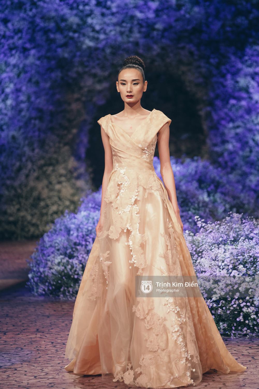 Kỳ Duyên, Phạm Hương đọ trình catwalk trong show thời trang cùng loạt mẫu đình đám - Ảnh 22.