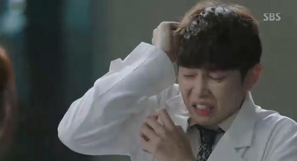 Doctors: Tức cảnh sinh tình, Kim Rae Won khóa môi Park Shin Hye dưới mưa - Ảnh 19.