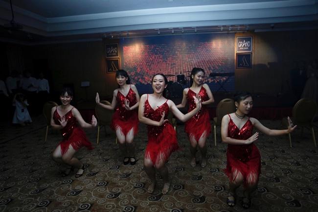 Teen THPT Lê Quý Đôn (TP.HCM) quẩy cực sung trong prom độc lập đầu tiên của trường - Ảnh 8.