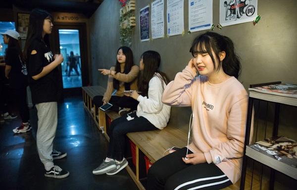 Những bức ảnh bên trong 1 lò đào tạo thần tượng tuổi teen ở Hàn Quốc - Ảnh 4.