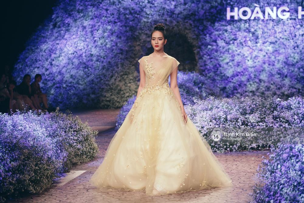 Kỳ Duyên, Phạm Hương đọ trình catwalk trong show thời trang cùng loạt mẫu đình đám - Ảnh 23.