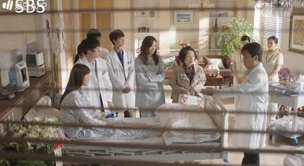 """""""Doctors"""": Ji Soo siêu ngầu, cướp Park Shin Hye từ tay Kim Rae Won - Ảnh 12."""