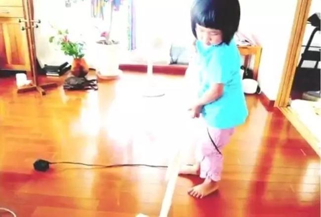 Cô bé 4 tuổi bị mẹ ép phải làm mọi việc nhà và nguyên nhân phía sau sẽ khiến bạn rơi lệ - Ảnh 11.