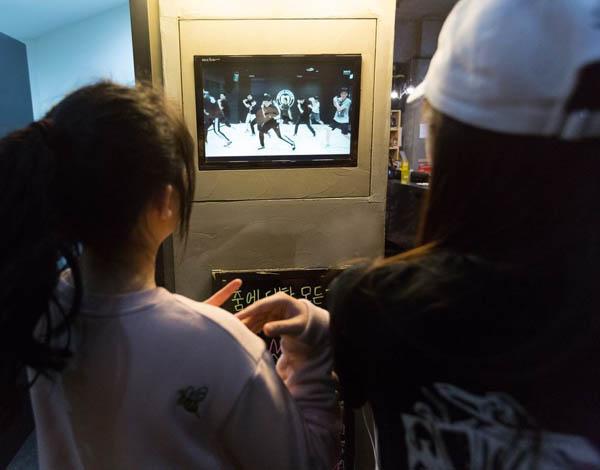 Những bức ảnh bên trong 1 lò đào tạo thần tượng tuổi teen ở Hàn Quốc - Ảnh 5.