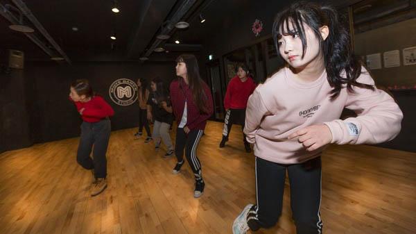 Những bức ảnh bên trong 1 lò đào tạo thần tượng tuổi teen ở Hàn Quốc - Ảnh 3.