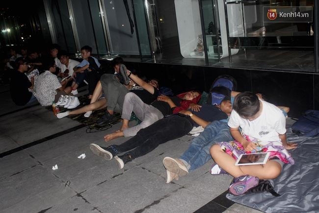 Giải mã sức hút của đôi giày khiến giới trẻ Sài Gòn phải ăn bờ ngủ bụi ngóng chờ - Ảnh 1.