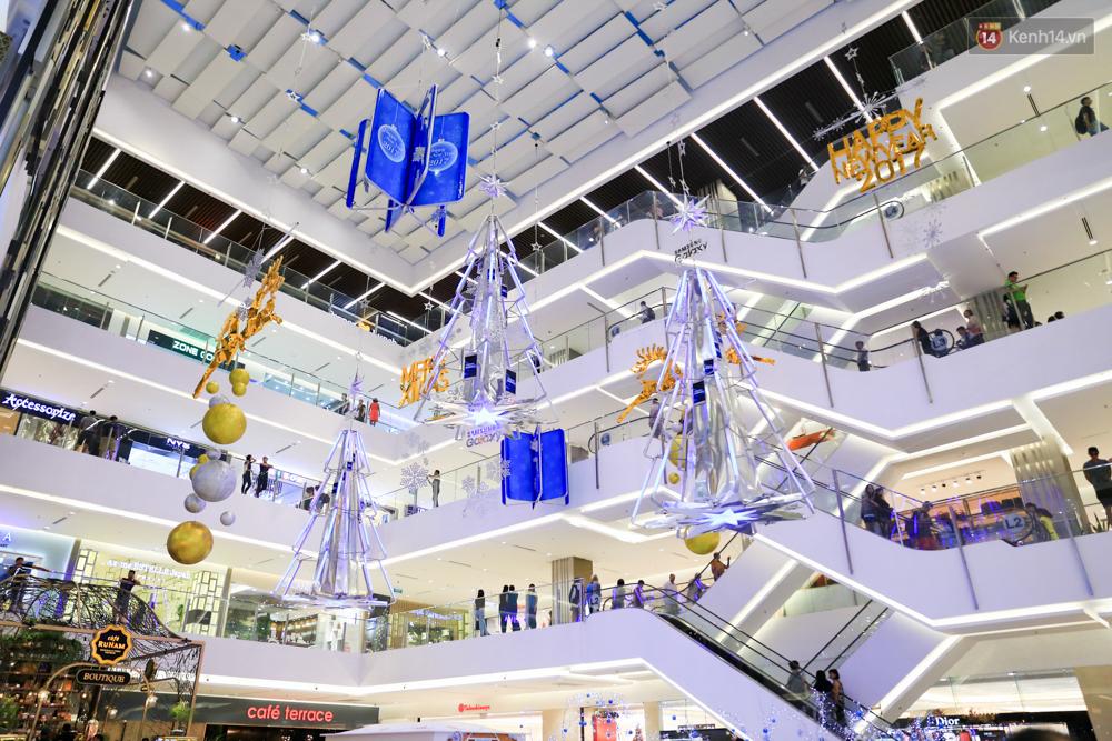 Có thể bạn không để ý, Sài Gòn đã đẹp lộng lẫy và ngập tràn không khí Giáng Sinh rồi - Ảnh 1.
