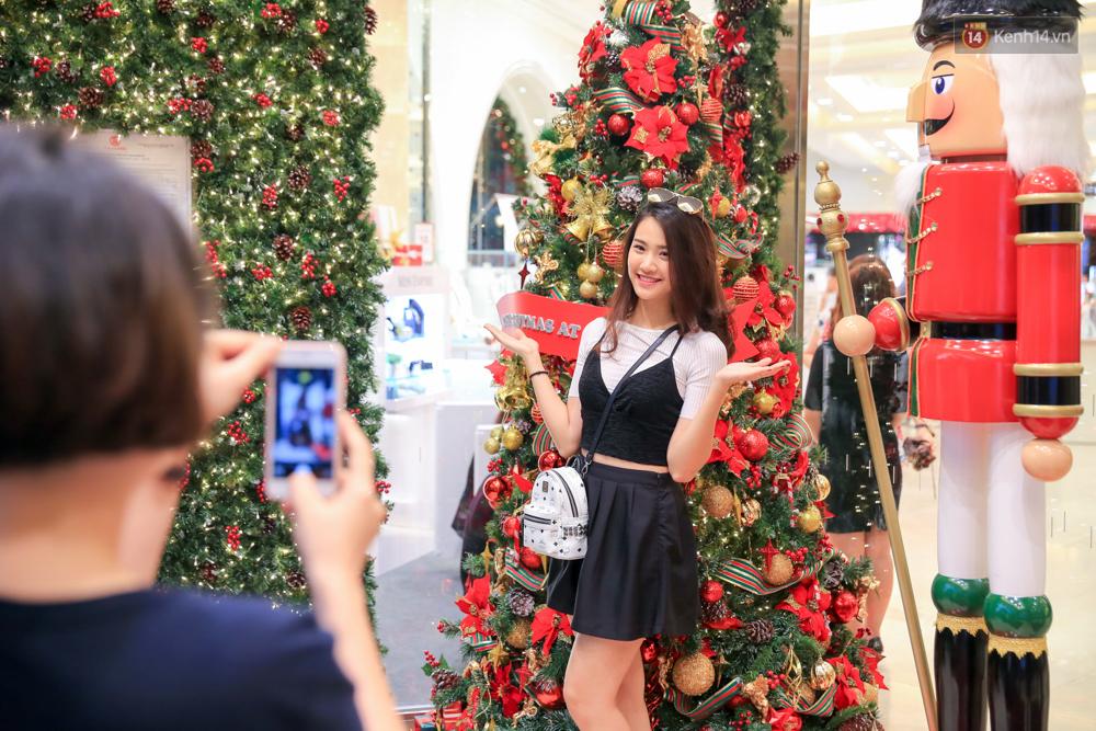 Có thể bạn không để ý, Sài Gòn đã đẹp lộng lẫy và ngập tràn không khí Giáng Sinh rồi - Ảnh 2.