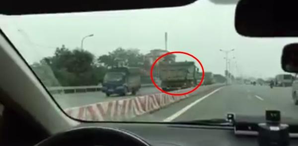 Clip: Xe tải ngang nhiên chạy ngược chiều trên quốc lộ 1A - Ảnh 2.