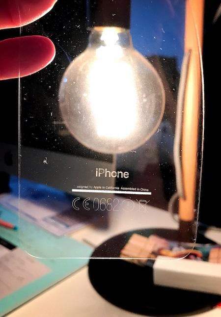 Một loạt chữ in trên mặt lưng iPhone đã