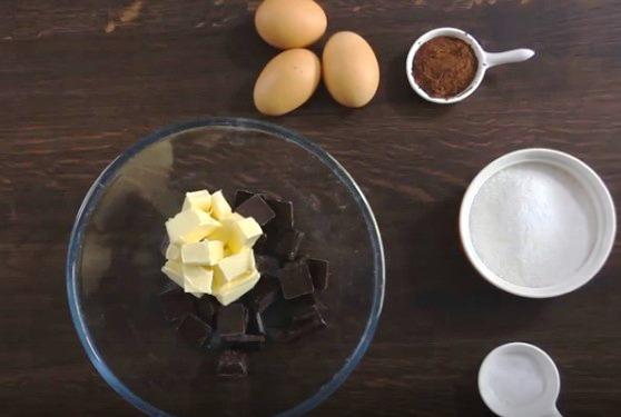 Thơm mát bánh chocolate với mousse cà phê siêu mềm ẩm - Ảnh 1.