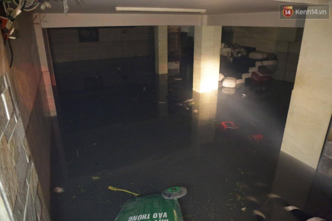 Cảnh sát phòng cháy chữa cháy hút nước ngập trong hầm xe trên đường Phan Xích Long - Ảnh 1.