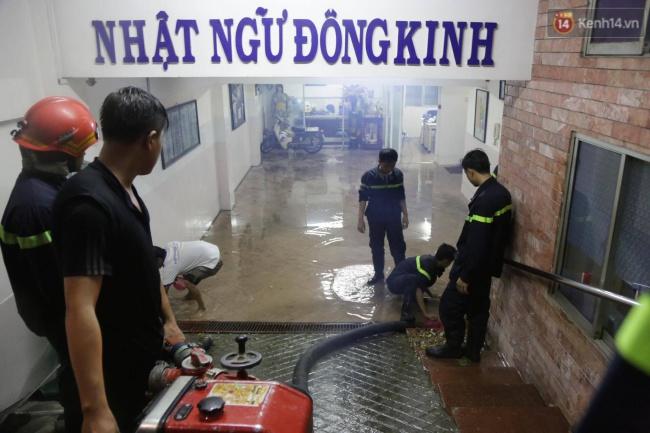 Cảnh sát phòng cháy chữa cháy hút nước ngập trong hầm xe trên đường Phan Xích Long - Ảnh 5.