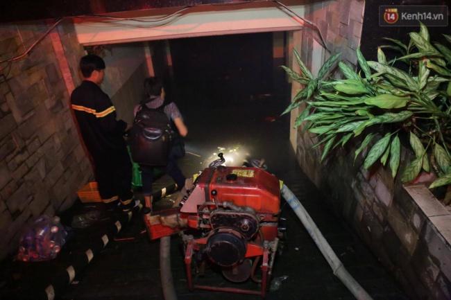 Cảnh sát phòng cháy chữa cháy hút nước ngập trong hầm xe trên đường Phan Xích Long - Ảnh 3.