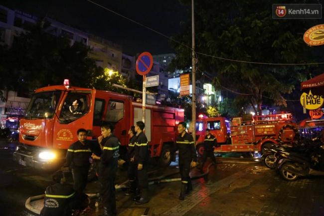 Cảnh sát phòng cháy chữa cháy hút nước ngập trong hầm xe trên đường Phan Xích Long - Ảnh 2.
