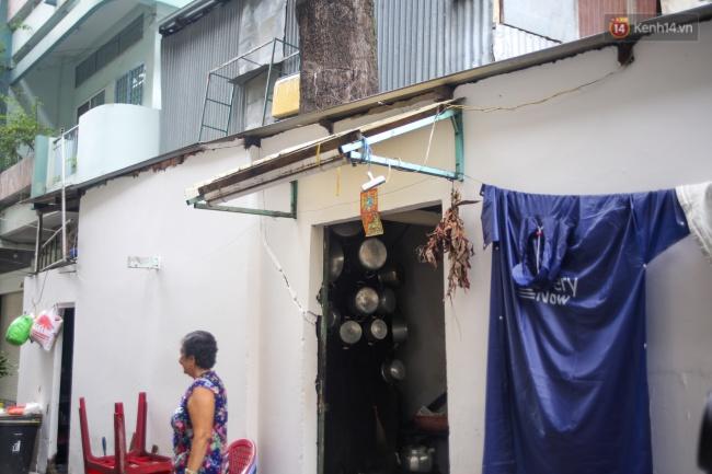 Lạ kỳ hàng cây cổ thụ trăm tuổi mọc xuyên nhà dân ngay trung tâm Sài Gòn - Ảnh 3.