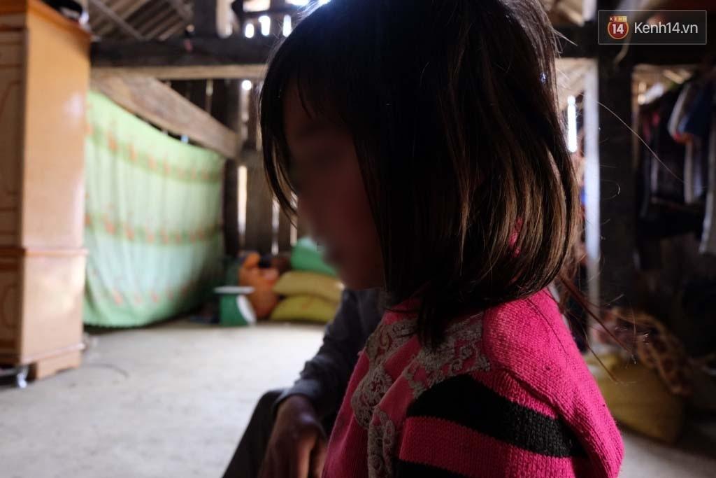 Các bé gái hãi hùng kể lại chuyện bị bảo vệ trường rủ vào phòng, cho kẹo rồi giở trò dâm ô - Ảnh 4.
