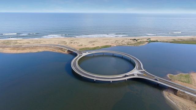 Kỳ lạ cây cầu hình tròn vừa đi vừa ngắm cảnh tại Uruguay - Ảnh 6.