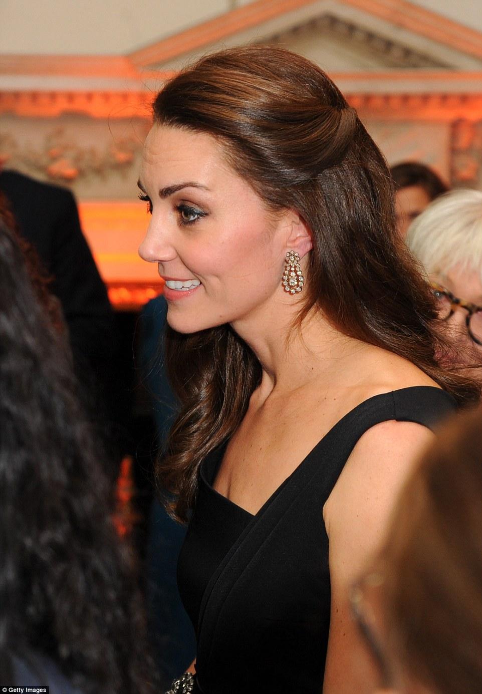 Công nương Kate cũng như chúng mình, mê váy áo quá thì mua tận mấy màu về mặc dần thôi... - Ảnh 2.