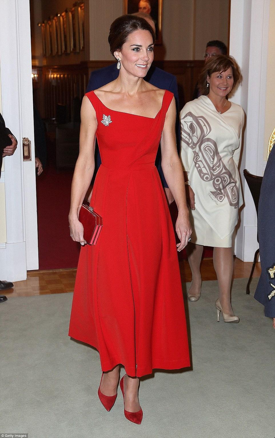 Công nương Kate cũng như chúng mình, mê váy áo quá thì mua tận mấy màu về mặc dần thôi... - Ảnh 4.