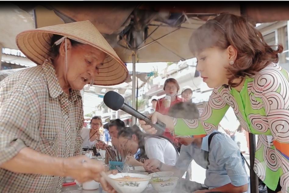 Cụ bà bán bún riêu 52 năm ở Sài Gòn, hào sảng và lương thiện khiến Việt Hương vừa ăn vừa khóc - Ảnh 2.