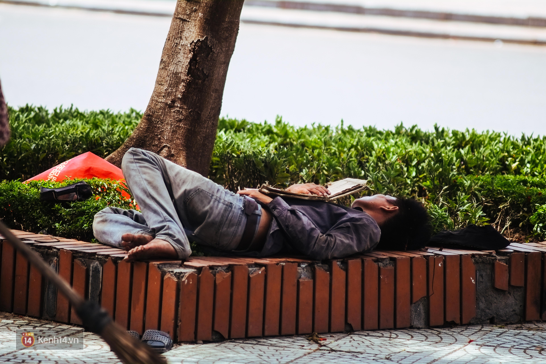 Nghìn lẻ một cách người lao động Hà Nội đối phó với mùa nắng nóng kinh hoàng - Ảnh 2.