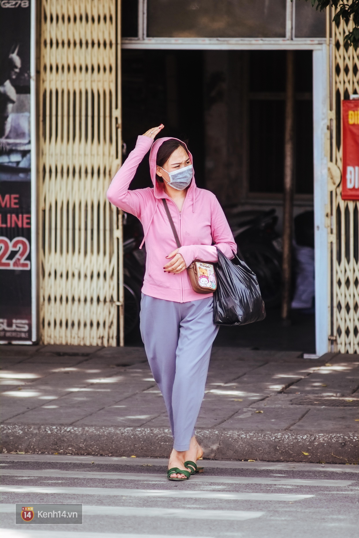 Nghìn lẻ một cách người lao động Hà Nội đối phó với mùa nắng nóng kinh hoàng - Ảnh 12.