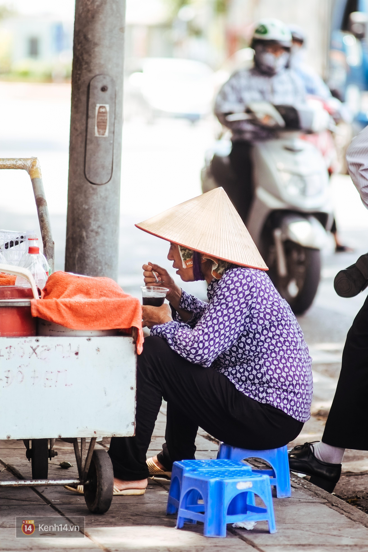 Nghìn lẻ một cách người lao động Hà Nội đối phó với mùa nắng nóng kinh hoàng - Ảnh 9.