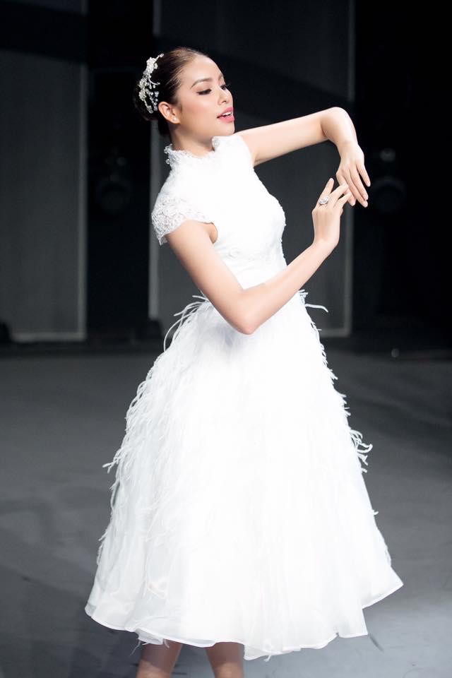 Cùng kiểu đầm thiên nga trắng: Angela Phương Trinh và 3 nàng Hậu, ai mặc đẹp nhất? - Ảnh 5.