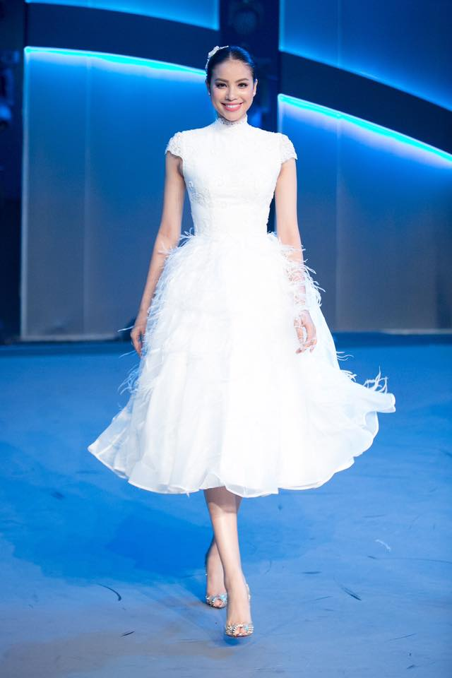 Cùng kiểu đầm thiên nga trắng: Angela Phương Trinh và 3 nàng Hậu, ai mặc đẹp nhất? - Ảnh 6.
