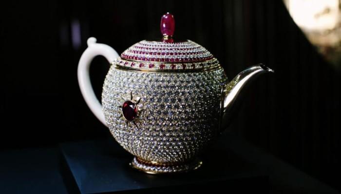 Thật khó tin nhưng có ấm trà nạm đá ruby giá hơn 66 tỷ đồng - Ảnh 2.